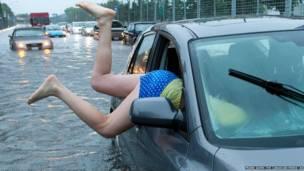 कार में वापस जाती महिला