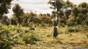 Sylvia enfrentando arbustos. James Stone/Plan International