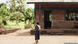 Sylvia chega à sua escola. James Stone/Plan International