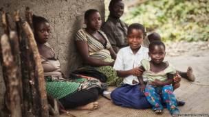 Menina Sylvia com a sua família. James Stone/Plan International