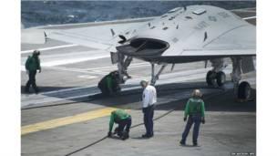 विमान वाहक पोत पर उतरता ड्रोन