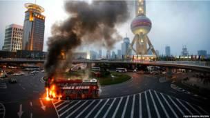 शंघाई में डबल डैकर बस में आग