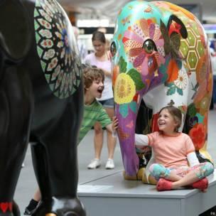 ब्रिटेन में सजे हाथी