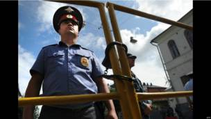Полицейский у здания суда в Кирове