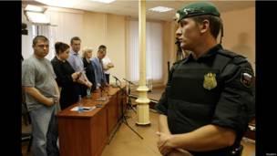 Навальный, его жена и адвокаты слушают обвинительное заключение.