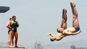 बार्सिलोना में तैराकी की विश्व चैंपियनशिप से पहले अभ्यास करते गोताखोर.