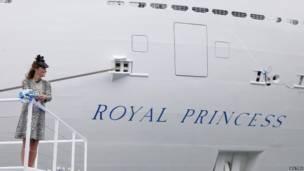 जून 2013 में डचेस ऑफ कैम्ब्रिज एक यात्री जहाज की नाम रॉय प्रिंसेस रखने के दौरान. समाचार एजेंसी रायटर्स.