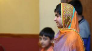 लंदन में अफगान मेजबानों के बीच मलाला.