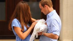 Кейт передает маленького принца Уильяму. PA