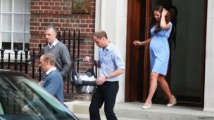 Уильям несет принца в машину. Getty Images