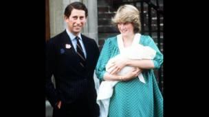 Приц Чарльз, леди Диана и новорожденный принц Уильям. BBC