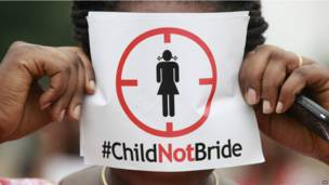 Une femme manifestant à Lagos contre le mariage de mineures. Samedi 20 juillet. Photo AP