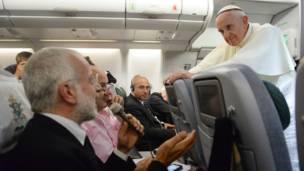 پوپ فرانسس صحافیوں سے بات کر رہے ہیں