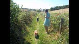 Madre e hija con su perro