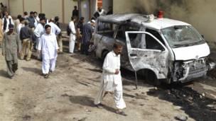 حملے کی جگہ پر ایک تباہ شدہ گاڑی