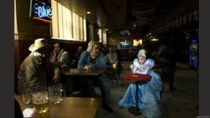 La artista canadiense Dina Goldstein recreó a personajes como Blanca Nieves y Rapunzel en escenas de la vida cotidiana.