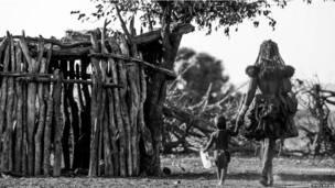 Женщина с ребенком в намибийской деревне.