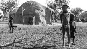 Дети в намибийской деревне.