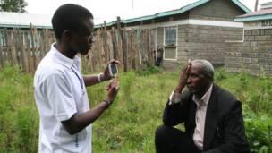 Hombre siendo examinado con la aplicación Peek.
