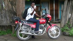 Operario de la aplicación Peek en Kenia.