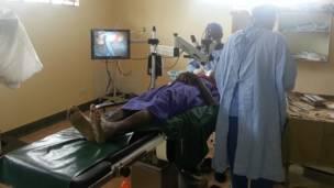 Persona sometida a una operación oftalmológica en Kenia.