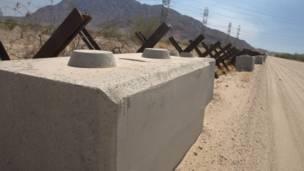 Vallas antivehículos en la frontera a la altura de El Centro, California