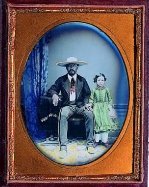 Charro sentado con niña