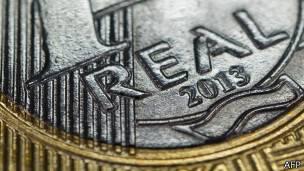 Primer plano de una moneda de un real brasileño.