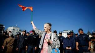 बुल्गारिया की राजधानी सोफ़िया में एक आम नागरिक सरकार के खिलाफ़ प्रदर्शन करती  हुईं .सरकार के खिलाफ़ दो सप्ताह पहले प्रदर्शन उस समय आरंभ हुए थे जब उसने एक बड़े मीडिया समूह के मालिक को देश की सुरक्षा से जुड़े एक पद पर नियुक्त कर दिया था. बाद में सरकार ने जनाक्रोश के चलते यह फ़ैसला वापस ले लिया लेकिन सरकार विरोधी प्रदर्शन आज भी जारी हैं.