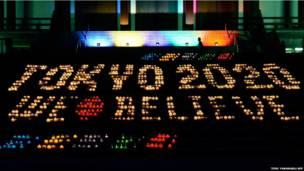जापान की राजधानी टोक्यो के ज़ोजोजी मंदिर का एक नज़ारा. जापान की साल 2020  के ओलंपिक आयोजन पर दावेदारी  के चलते यहाँ 2020 मोमबत्तियों से लिखा हुआ है ' टोक्यो वी बिलीव.' अंतरराष्ट्रीय ओलंपिक समिति शनिवार को एक बैठक में 2020 के ओलंपिक खेलों का आयोजन करने के लिए शहर का चुनाव करेगी.