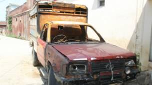 कवाल गाँव में जली हुई एक कार