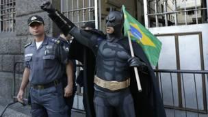 Un hombre vestido de Batman