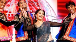 डरबन में हुए पहले साउथ अफ़्रीका और इंडिया फ़िल्म एंड टेलीविजन अवार्ड समारोह में डांस करतीं माधुरी दीक्षित