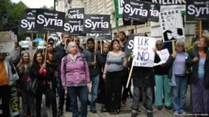 लंदन में सीरिया पर हमले के खिलाफ़ प्रदर्शन करते लोग.