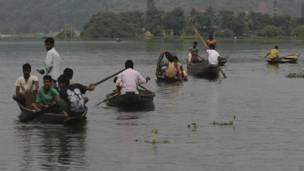 असम में बाढ़ प्रभावित गांववासी