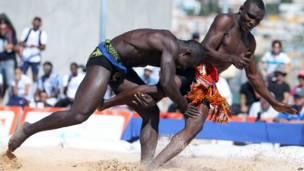 Les lutteurs Omar Diuoane (Sénégal, à g.) aux prises avec le nigérien Ibrahim Tassiou aux Jeux de la Francophonie à Nice. 14.09.2013. Photo AFP