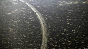 Une vue d'avion du Caire. La population de la capitale égyptienne a atteint 8,9 millions d'habitants.Photo Reuters