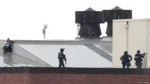 Policías en un tejado