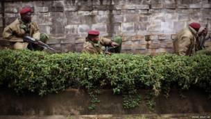 Кенийские солдаты у торгового центра в Найроби