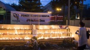 Des habitants de Nairobi déposent des bougies à la mémoire des victimes de l'attaque contre le centre commercial de Westgate. 29 09 2013 Photo Getty Images