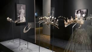 Exposição no V & A Museum em Londres foca em variedade de cores e formas de gema preciosa.