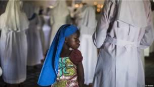 Une fille assistant à un service religieux en mémoire des victimes de l'assaut du centre commmercial de Westgate à Nairobi. Dimanche 29 septembre. Photo Getty Images