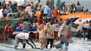Des pêcheurs apportant leurs prises au marché de Kivukoni, à Dar-es-Salam. Vendredi 27 septembre 2013