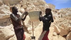 Des ouvriers somaliens dans une carrière de sable près de Mogadiscio, qui connaît un boom immobilier. Lundi 1er octobre 2013. Photo Reuters