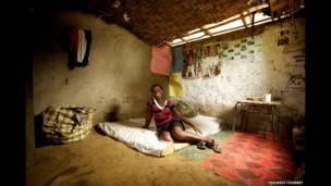 जोएना लाइबेरिया में अपने घर में बैठी हुई हैं.