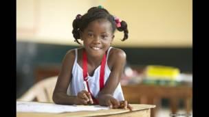 लाइबेरिया के अपने स्कूल में 10 साल की एग्नेस