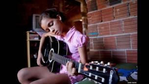 ब्राज़ील में अपने घर में गिटार बजाती 13 साल की डेबोरा