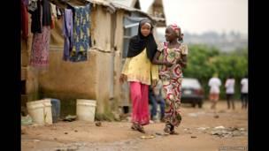 12 साल की यहाया अपनी दोस्त के साथ नाइजीरिया में अपने गांव में