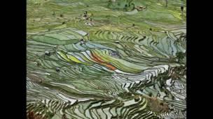 Imagens de Edward Burtynsky ressaltam sistemas criados pelo homem para aproveitar e formatar o recurso essencial para sobreviência.