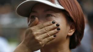 香港电视艺员刘玉翠在集会上掩面痛哭(20/10/2013)